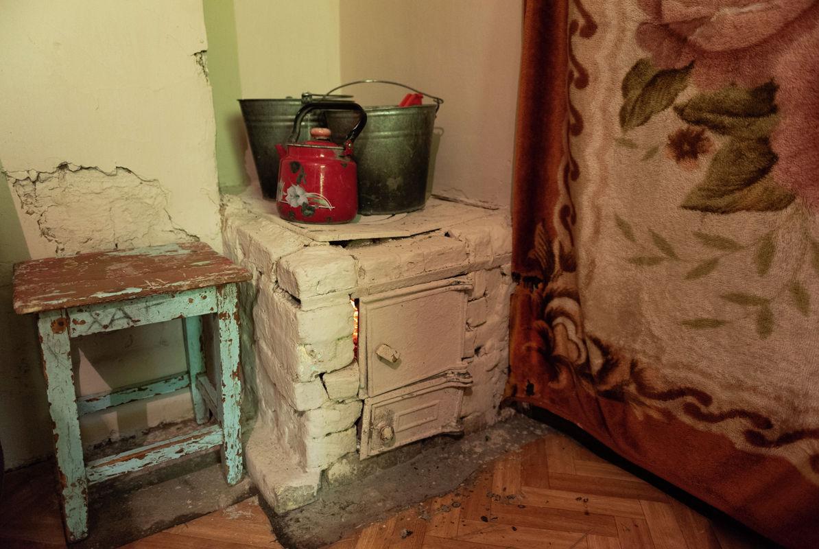 Печка во времянке такая же самодельная как и сам дом