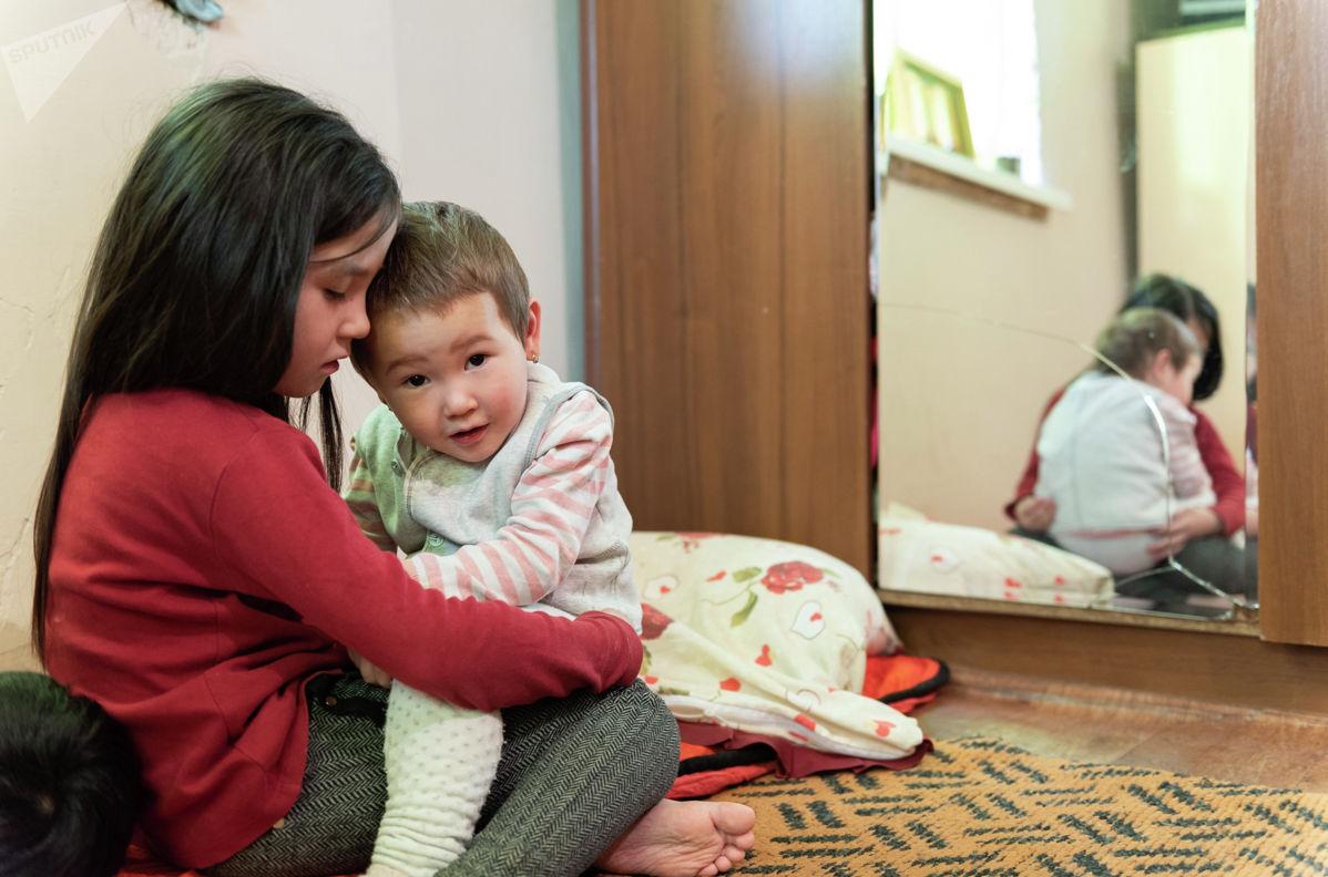 Самому младшему ребенку Анар всего два года