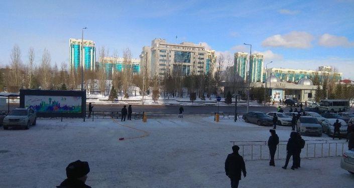 Астанада ер адам қолдан жасалған бомбаны жармақшы