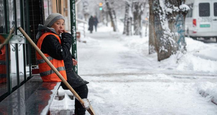 Уборка снега в Алматы после сильного снегопада