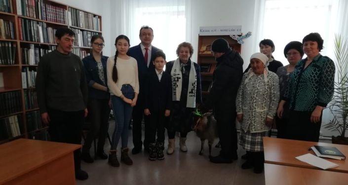 Павлодар облысында әкім бір жылда 125 кітап оқыған балаға ешкі сыйлады