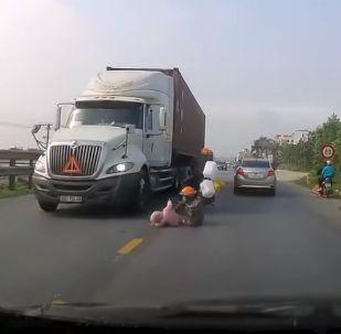 Чудесное спасение малыша из-под колес грузовика