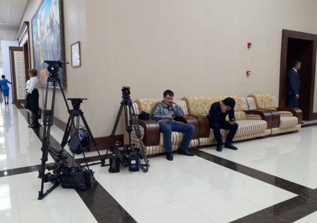 Журналисты перед началом съезда партии Нур Отан