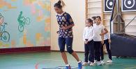 Аида Гайстенова на тренировки во время спортивной акции Футбол –детям