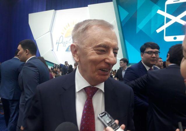 Игорь Рогов на съезде партии Нур Отан