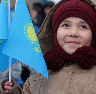 Маленький гражданин Казахстана с флагом страны