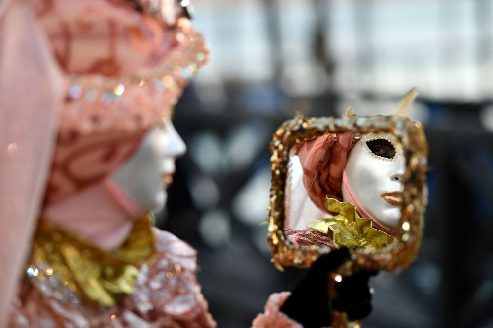 Венециядағы карнавалға қатысушы