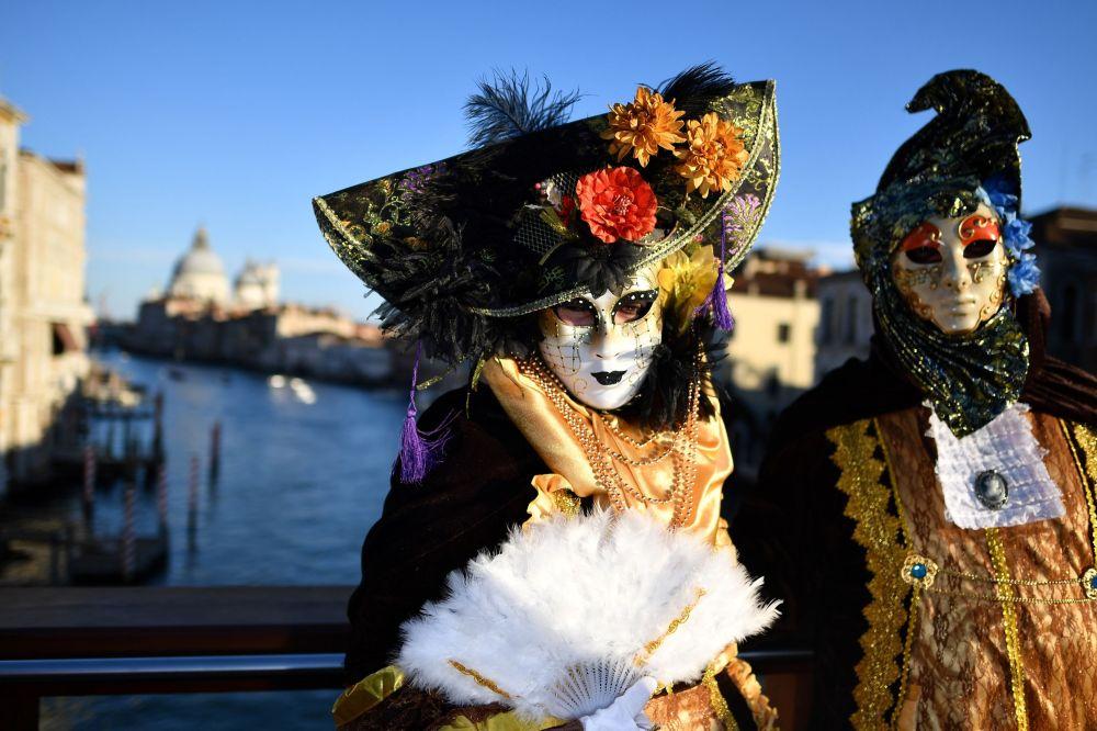 Участники карнавала в Венеции