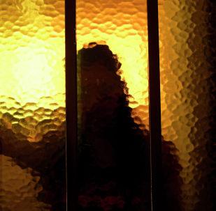 Силуэт женщины, архивное фото