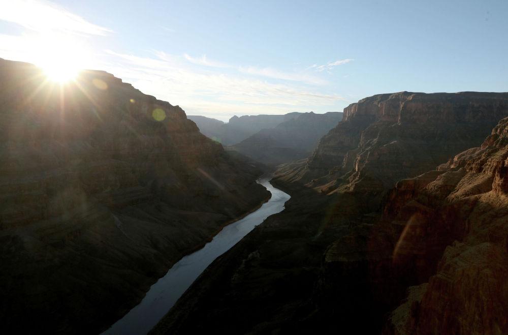 Гранд-Каньон является одним из самых глубоких каньонов в мире. Его прорезывает река Колорадо в толще песчаников, известняков и сланцев. Эти удивительные природные явления происходили в течение 10 миллионов лет.