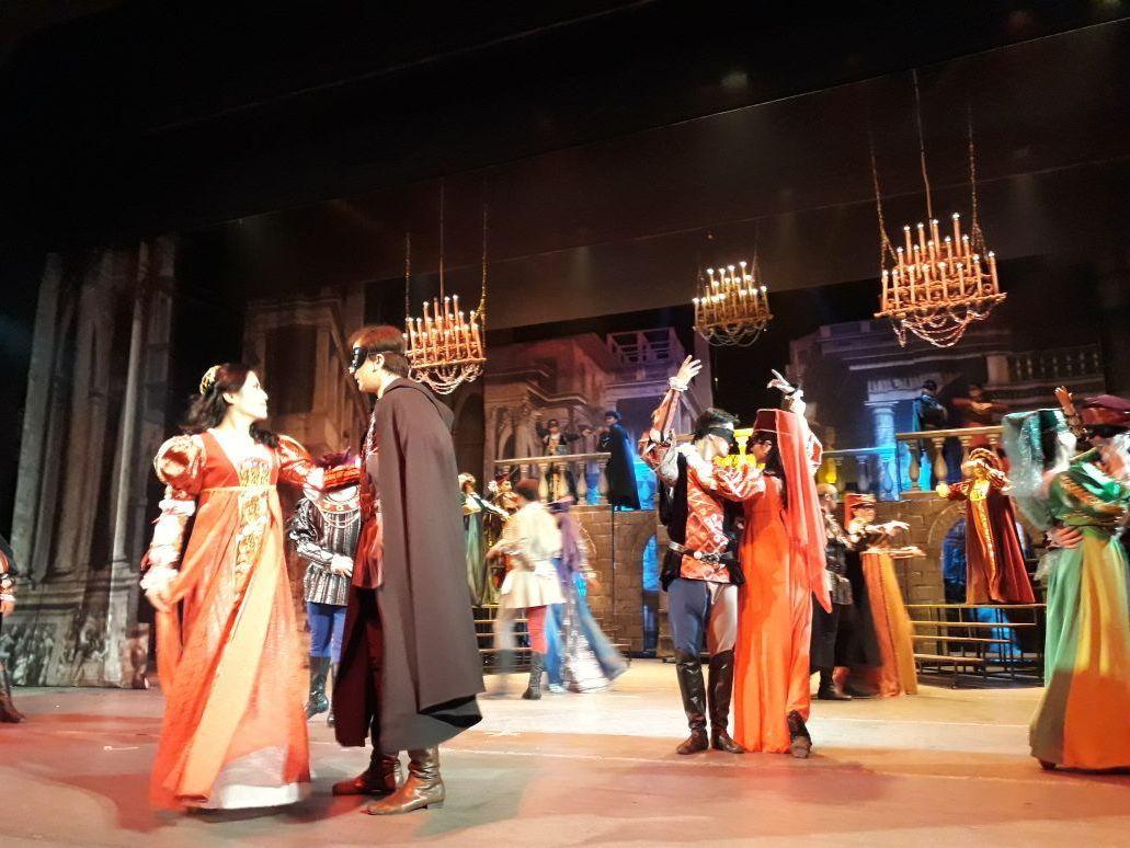 Құдыс Қожамияров атындағы театрда қойылым кезінде түсірілген сурет