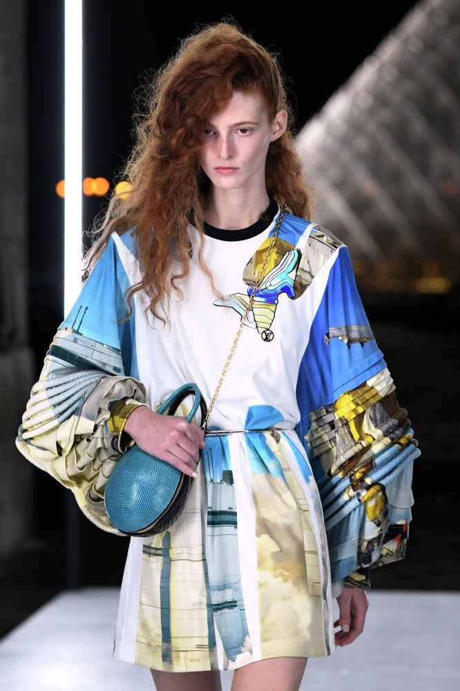 Модель представляет коллекцию Louis Vuitton сезона весна-лето 2019