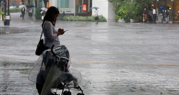 Женщина с коляской, архивное фото