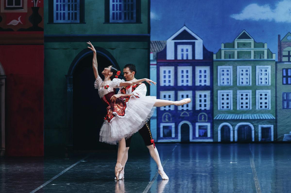 Абай атындағы опера және балет театрында қойылым кезінде түсірілген сурет