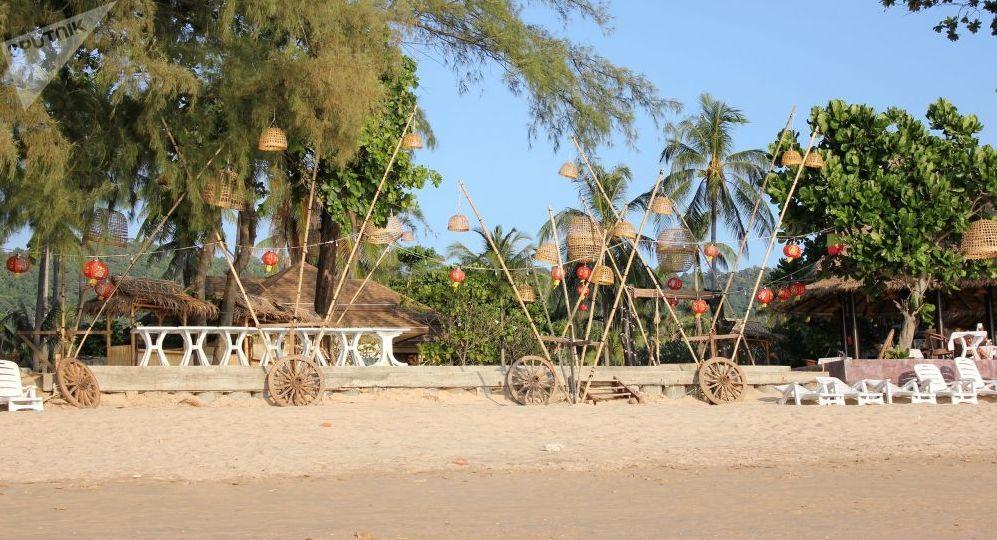 На пляже в Таиланде безлюдно только утром