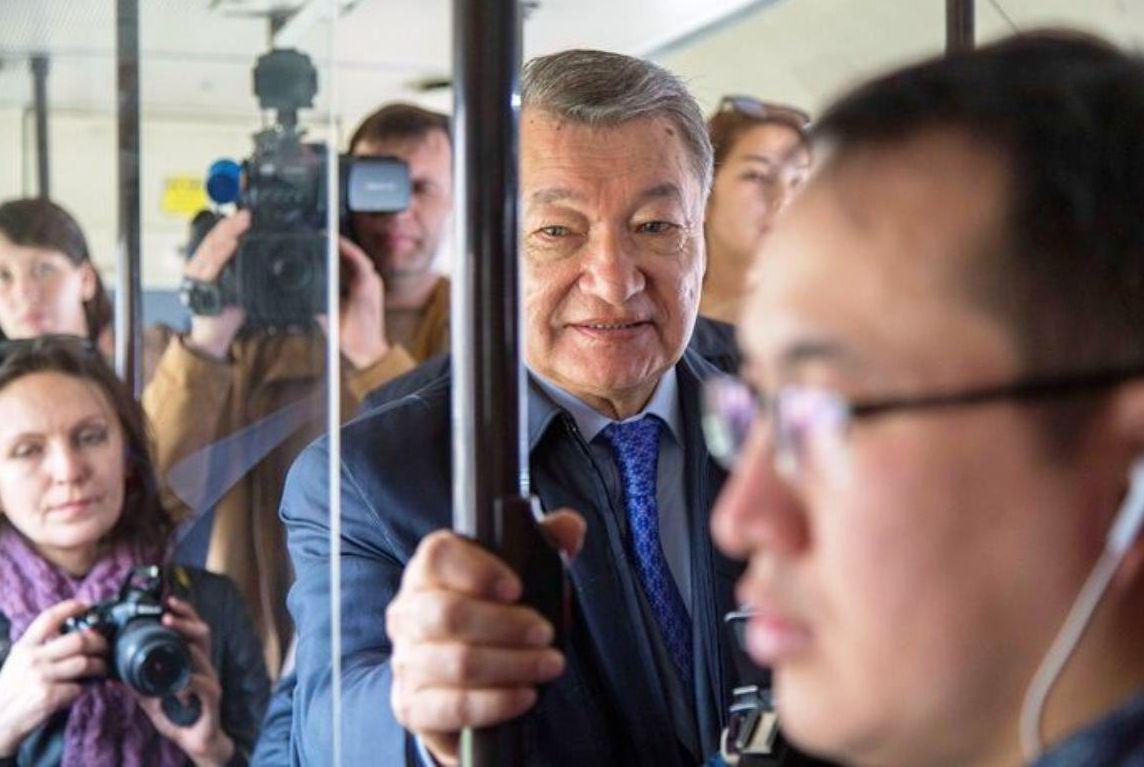 Даниал Ахметов протестировал общественный транспорт Семея
