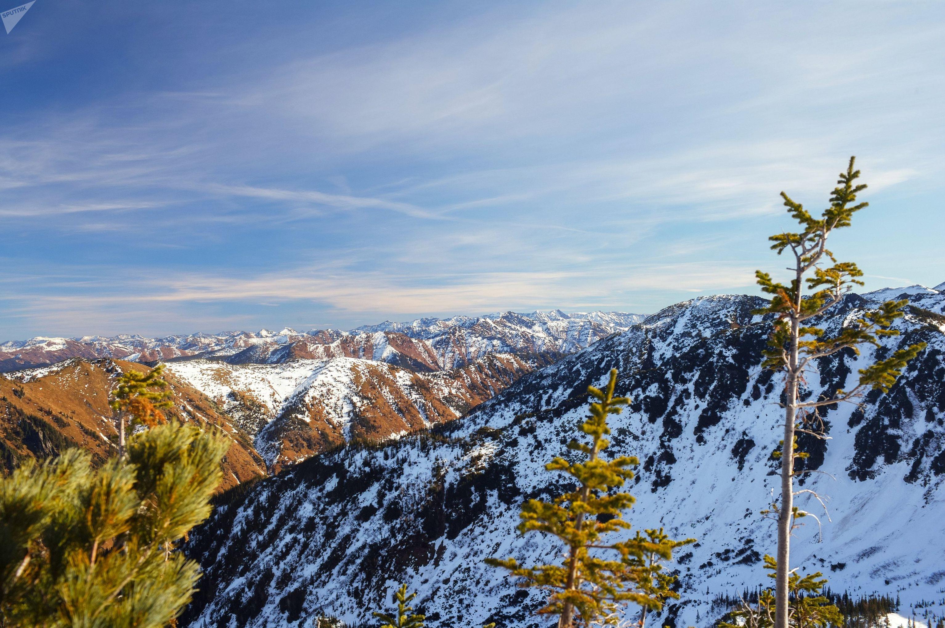 Вид на пики хребта Хамар-Дабан с горы Мамай Истинный
