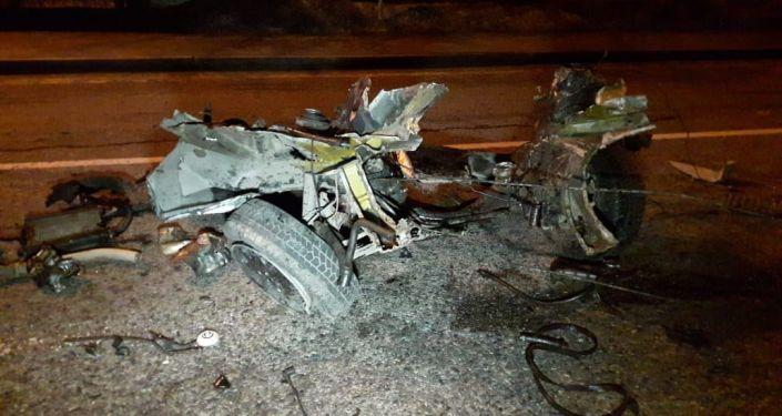 Переднюю часть автомобиля вырвало от столкновения с деревьями