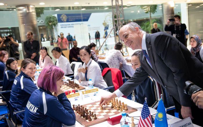 Заместитель посла США Теодор Линг сделал символический первый ход за казахстанку Жансаю Абдумалик в игре с американкой Татев Абрамян