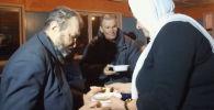 Жительница Казахстана бесплатно кормит бездомных
