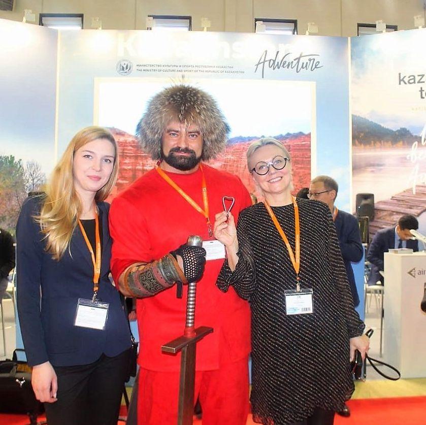 Силач Сергей Цырульников удивил посетителей выставки своими трюками