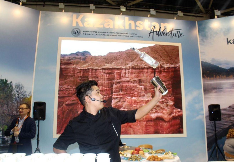 Самый титулованный бармен Алибек Джайбергенов выступает на Московской международной туристической выставке (MITT)