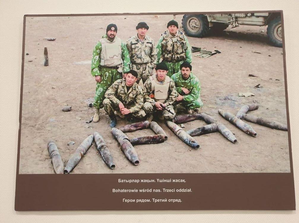 Қайрат Құдабаевтың әскердегі жолдастарымен бірге түскен суреті