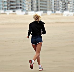 Девушка во время пробежки, иллюстративное фото