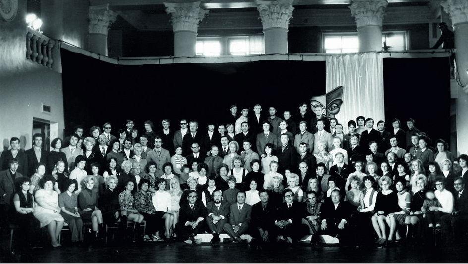 Қарағанды музыкалық комедия театры 1973 жылы КСРО музыка театрлары арасында ең жас ұжым болды. Суретте 1974 жылдағы театр ұжымы