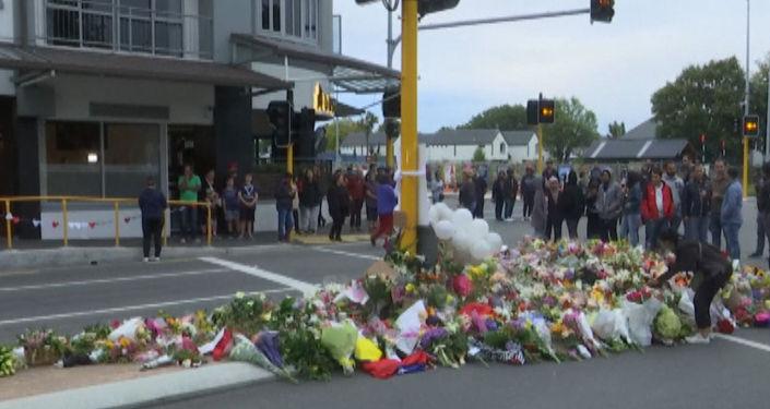 Цветы и свечи в память о жертвах стрельбы в Крайстчерче