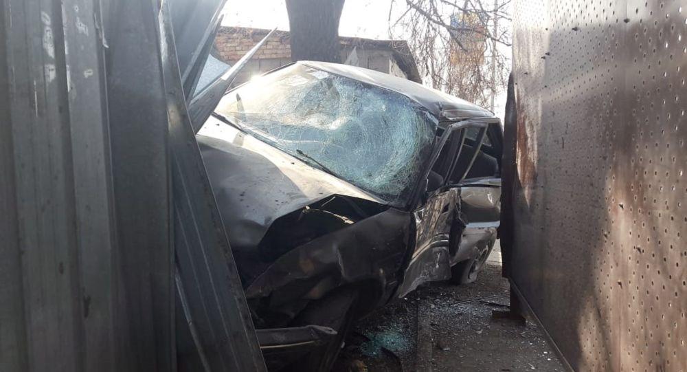 Авто врезалось в остановку в Алматы