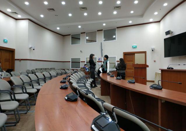 Журналисты собрались в Мажилисе Парламента за три часа до начала совместного заседания  палат парламента.