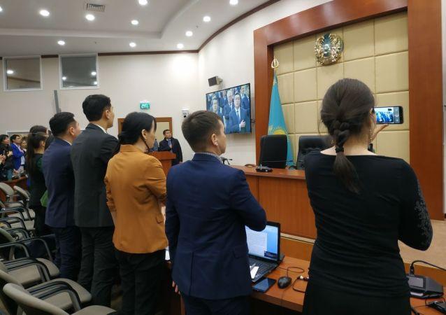 Журналисты стоя слушают гимн после вступления Касым-Жомарта Токаева в должность президента