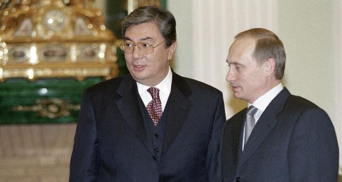 Владимир Путин (справа) во время встречи с Касым-Жомартом Токаевым (слева), Москва, январь 2000 года