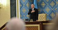 Нурсултан Назарбаев  во время исполнения гимна Казахстана