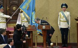 Касым-Жомарт Токаев целует знамя Казахстана в ходе принесения присяги президента