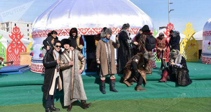 Артисты в ожидании начала празднования Наурыза