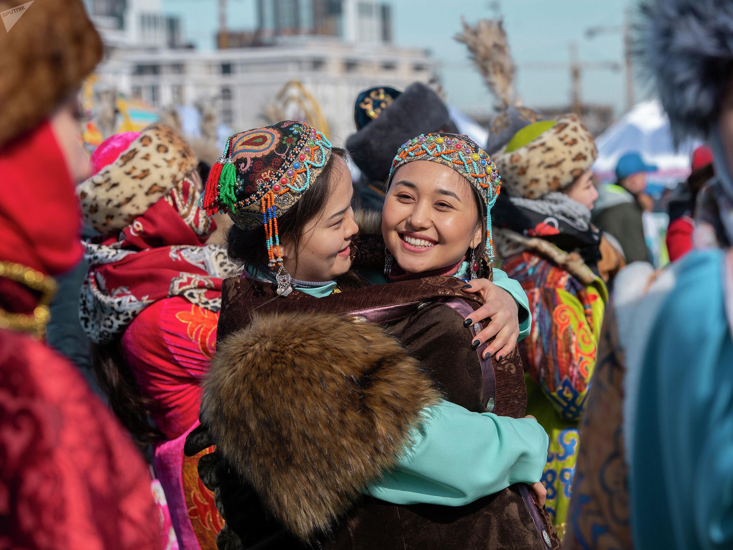 Девушки поздравляют друг друга с Наурызом