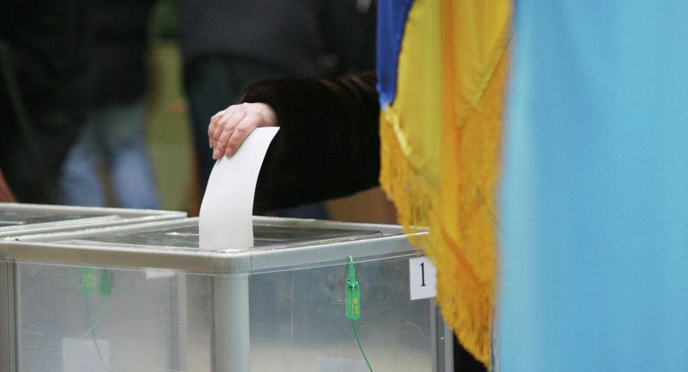 Голосование на одном из избирательных участков города в день второго тура выборов президента Украины.