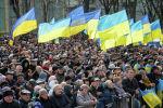 Люди в флагами Украины
