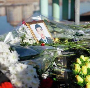 Жители Атырау возложили цветы на месте, где, спасая женщину, утонул 25-летний сержант полиции Шалхар Акымгалиев