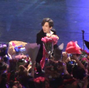 После концерта Димаша завалили цветами