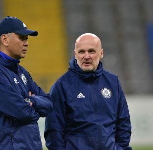 Главный тренер сборной Казахстана по футболу Михал Билек (справа)