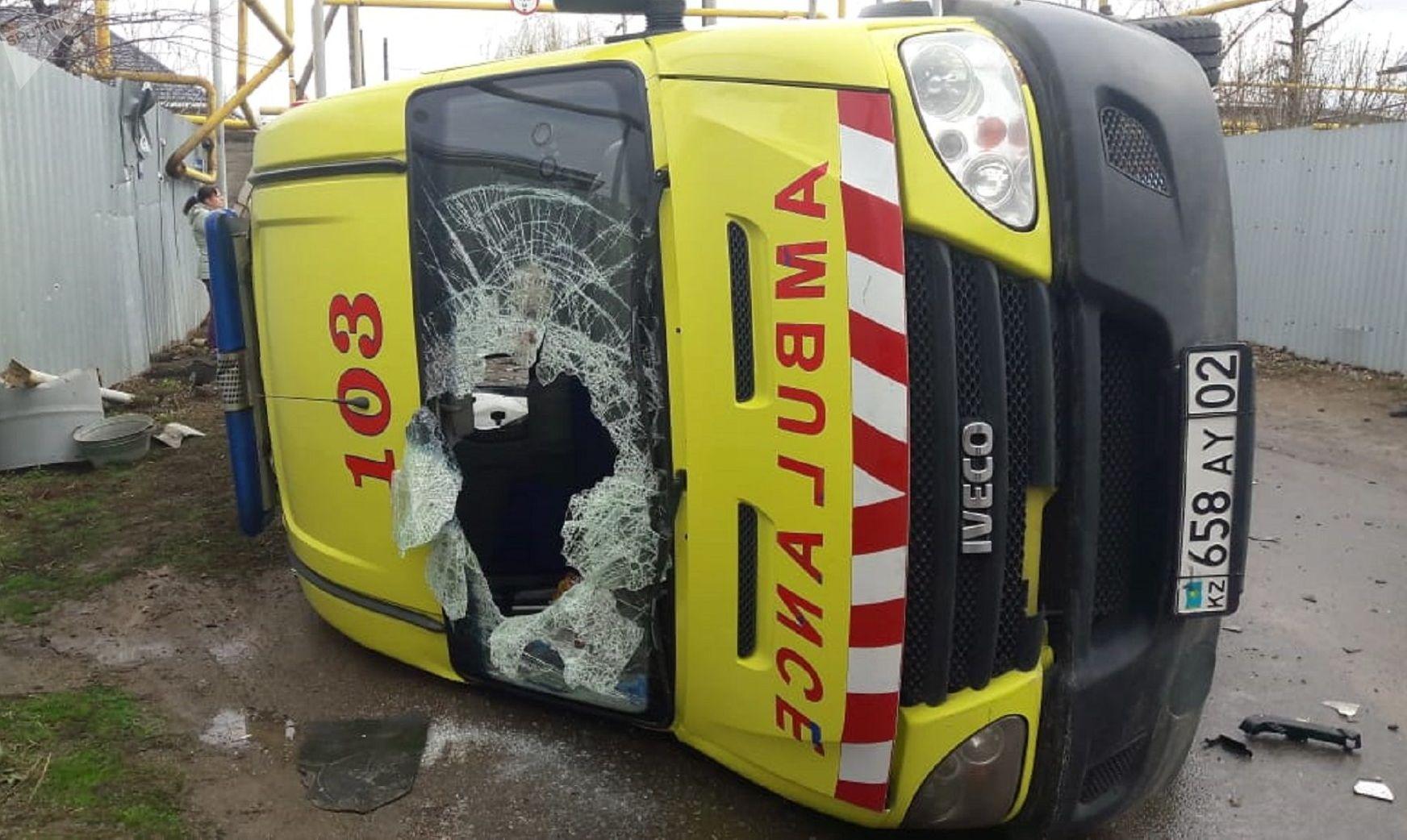 Автомобиль скорой помощи завалился на бок от сильного удара