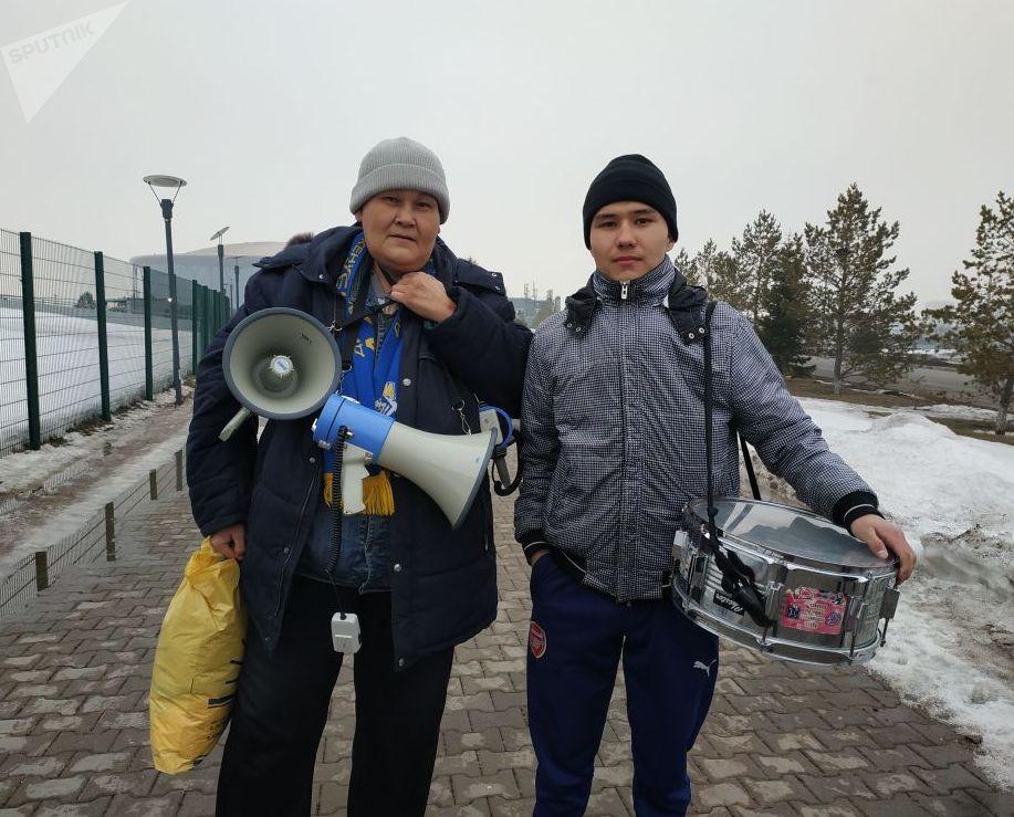Серик АЮ Темкенов, болельщик объединения фанатских движений Alash Ultras (слева)