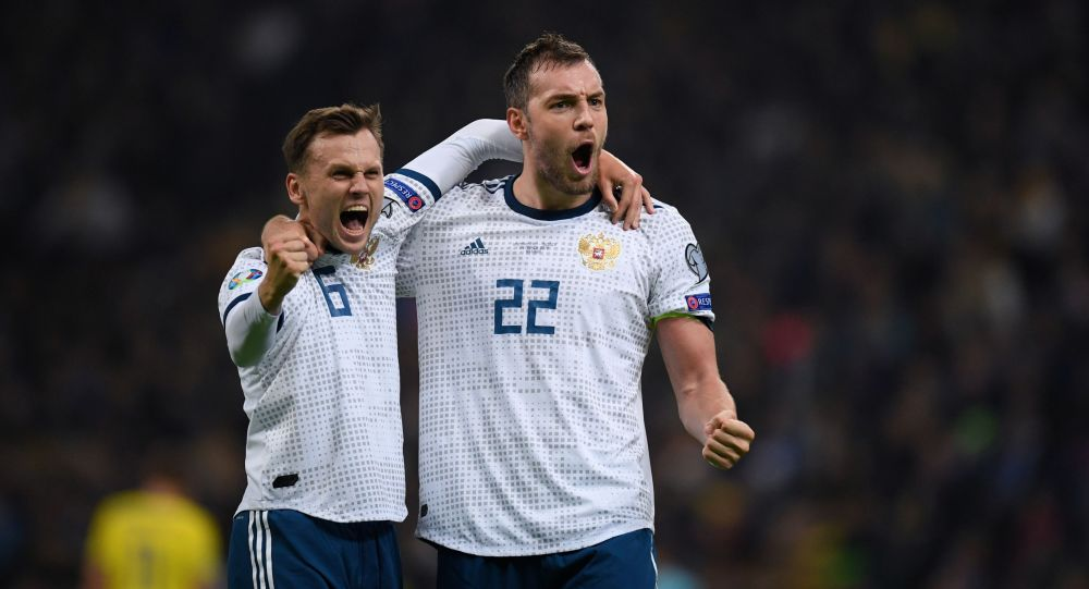 Слева направо: Денис Черышев и Артём Дзюба (Россия) радуются забитому голу в отборочном матче Чемпионата Европы по футболу 2020 между сборными командами Казахстана и России.