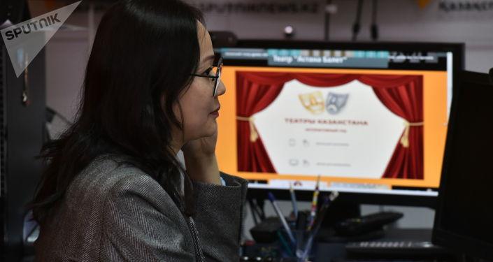 Дизайнер Sputnik Казахстан Айжан Сарсенова на презентации спецпроекта Театры и молодежь с интерактивным гидом по театрам республики