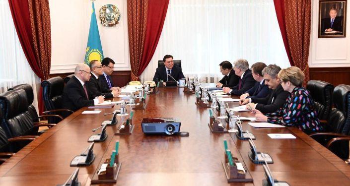 Премьер-министр Аскар Мамин провел встречу с генеральным директором госкорпорации по атомной энергии Росатом Алексеем Лихачевым