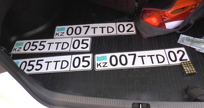 В автомобиле также найдены госномера, зарегистрированные на другие транспортные средства