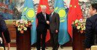 Министры иностранных дел Казахстана и Китая Бейбут Атамкулов и Ван И